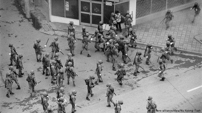 全斗煥政府在1980年光州戒嚴期間向抗議軍政府的民衆動武。(圖片來源:DW, copyright: picture-alliance/dpa/ Na Kyung-Taek